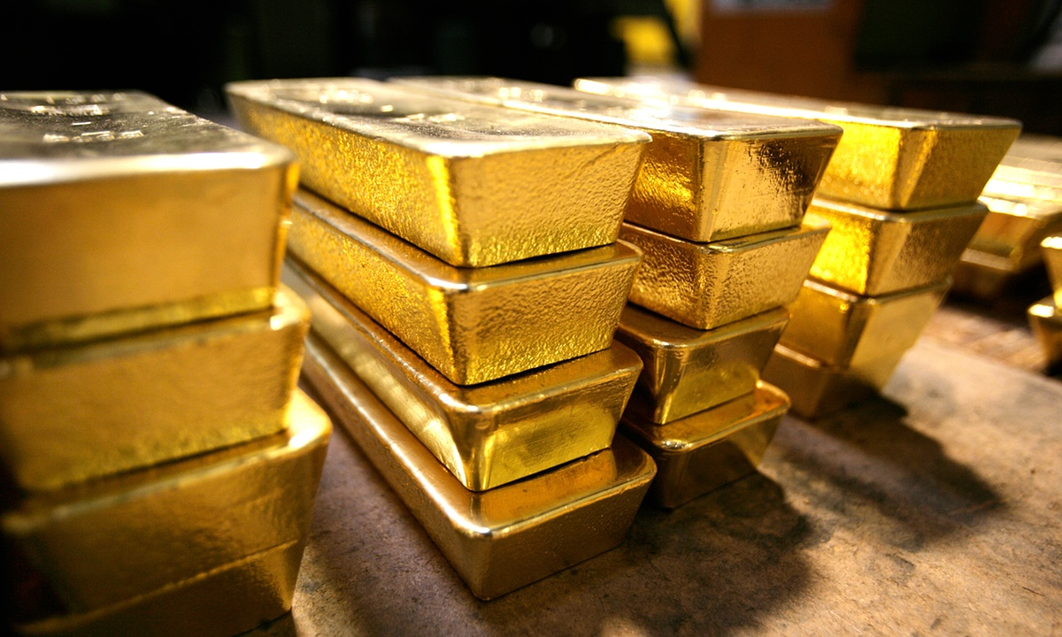 Gold is the bright spot in commodities rout but 2016 forecasts are divided